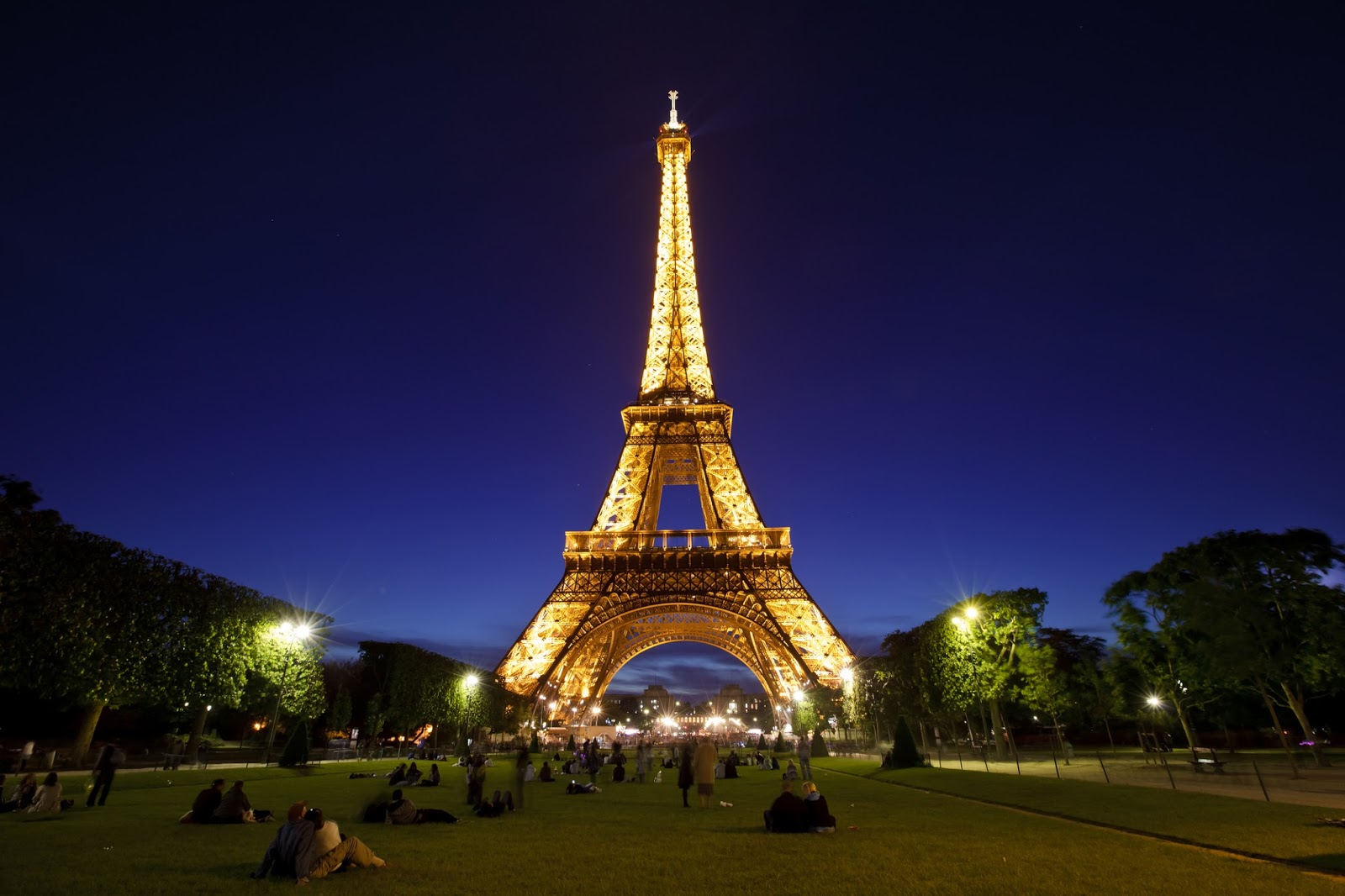 11 must see places in paris with map earth and travel for Places to stay near eiffel tower