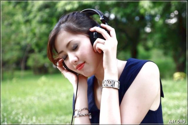 cô gái nghe khúc nhạc buồn