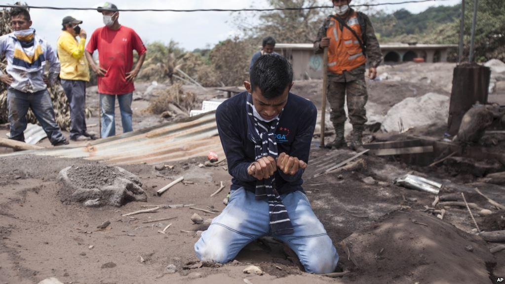 Volcán de Fuego dejó luto y dolor en Guatemala / AP