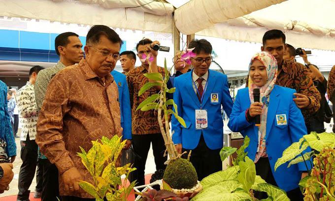 FOTO : Wapres JK Tinjau Pameran Hasil Karya Mahasiswa Unifa