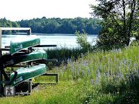 Kanu und Kajaks kann man im Park fuer kleines Geld mieten und dann die Seenlandschat des Parks ueber das Wasser erkunden.  Im Park bluehen jetzt ueberall die Wildblumen des Sommers.