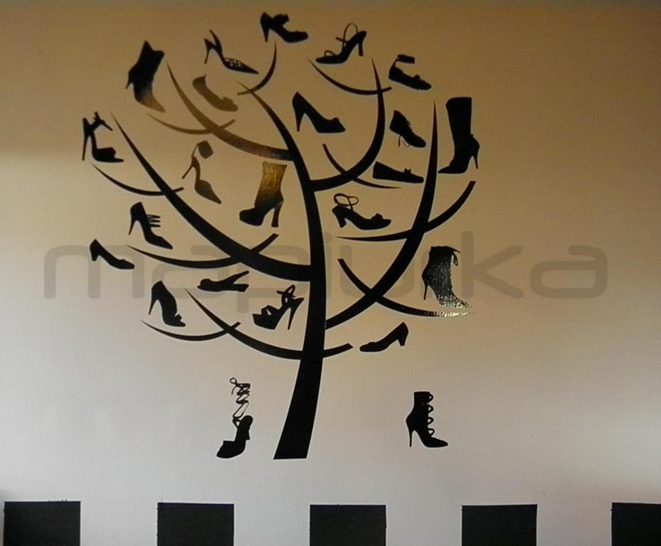 Eligió este diseño en vinilo decorativo armado por un àrbol y zapatos de  diferentes modelos apoyados sobre sus ramas, todo en color negro.