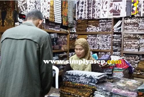 BATIK  :  Om saya sedang menawar batik di sebuah kios di bagian bawah Pasar Beringharjo. Jika harga sudah standar tidak perlu ditawar lagi  Foto Asep Haryono