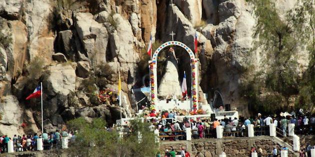 Vista de peregrinos acercandose al altar de la Virgen