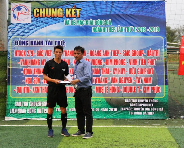 Trưởng BTC giải bóng đá Thép lần IV – ông Phan Trung Khánh trao giải cho tổ Trọng tài xuất sắc nhất