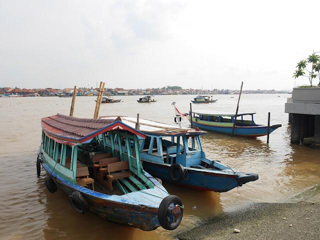 sewa perahu di jembatan ampera ke pulau kemaro