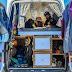 O casal que transformou uma van em casa itinerante movida a energia solar