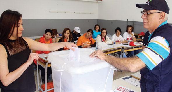 اللبنانيون يدلون بأصواتهم في الإنتخابات البرلمانية الأولى منذ عام 2009