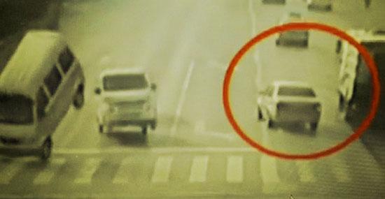 """Bizarro acidente com carros """"flutuando"""" na China - Detalhe 2"""
