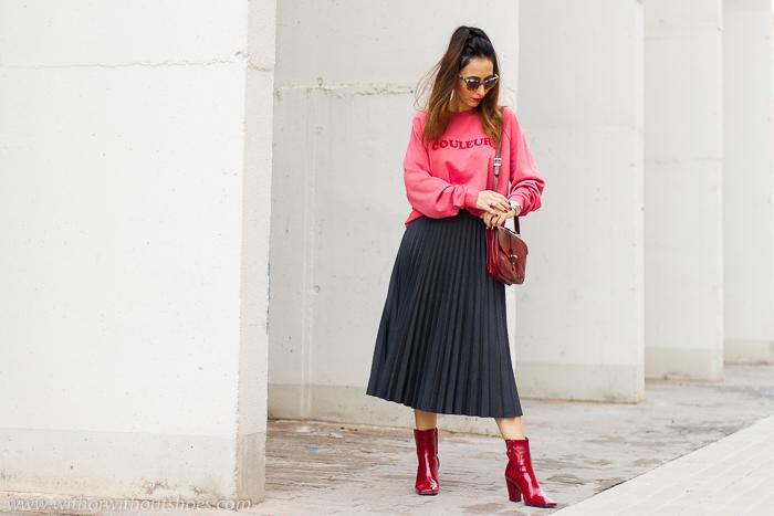 look urban chic comodo estiloso idea como combinar sudadera rosa y falda plisada botines rojos