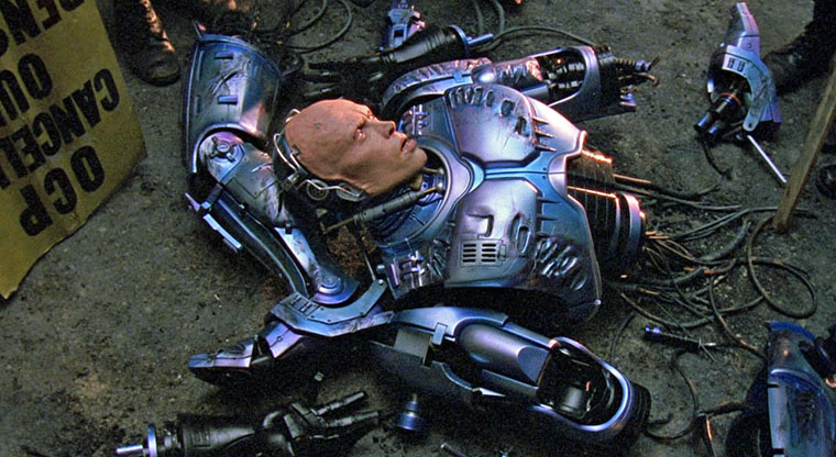 RoboCop (Peter Weller) in Einzelteilen in RoboCop 2. Quelle: MGM