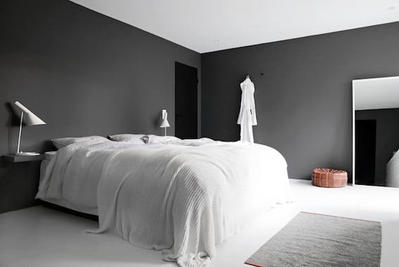 dormitorio de paredes negras y mucho diseño de una casa de estilo minimalista
