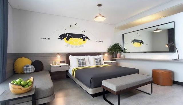 Kamar dengan desain simple dan clean, serta mural di dinding yang memberi kesan young and fresh