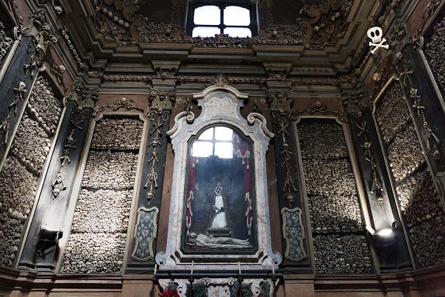Pared donde se incrusta  el altar de la capiilla osario de San Bernardino alle Ossa.