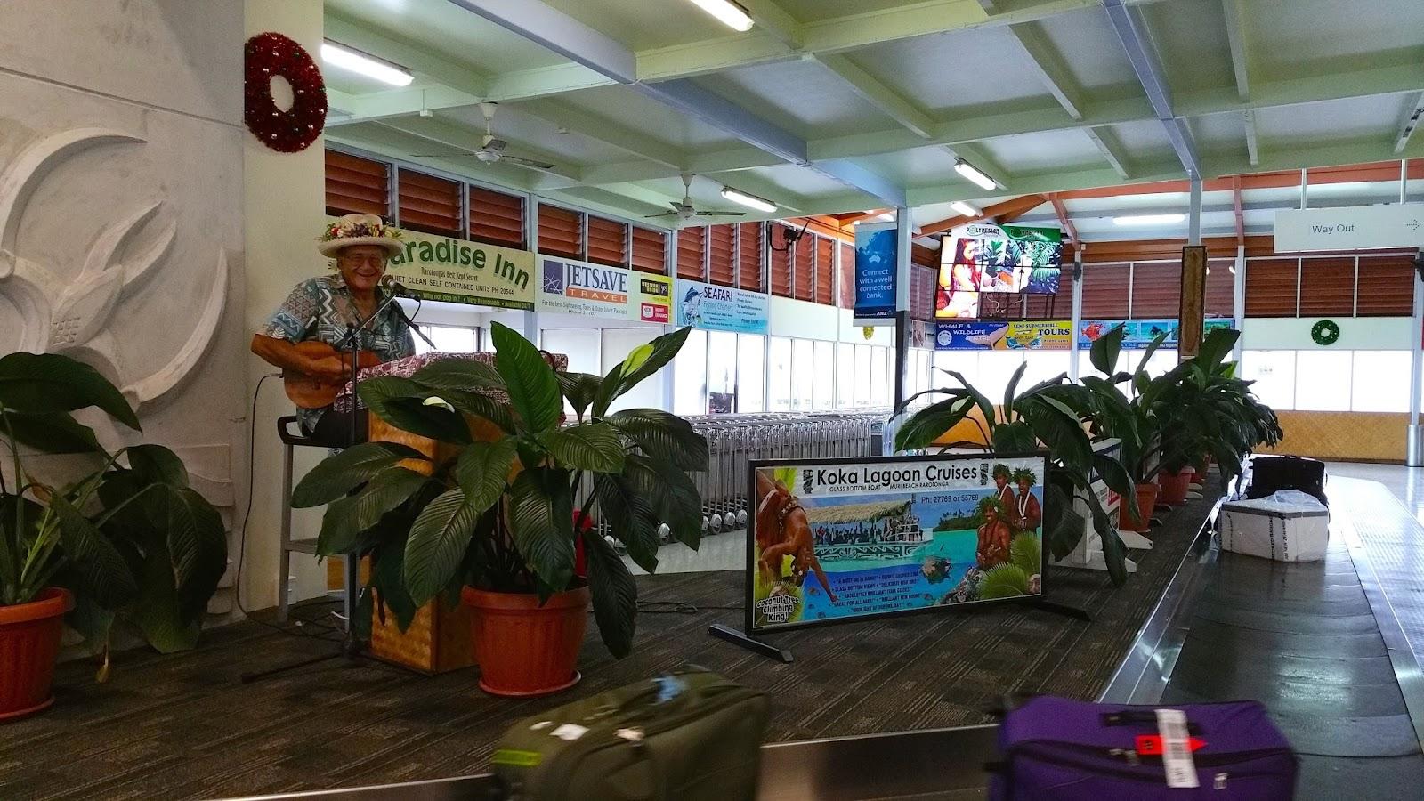 Jake Numanga suona l'ukulele all'aeroporto di Rarotonga - foto di Elisa Chisana Hoshi