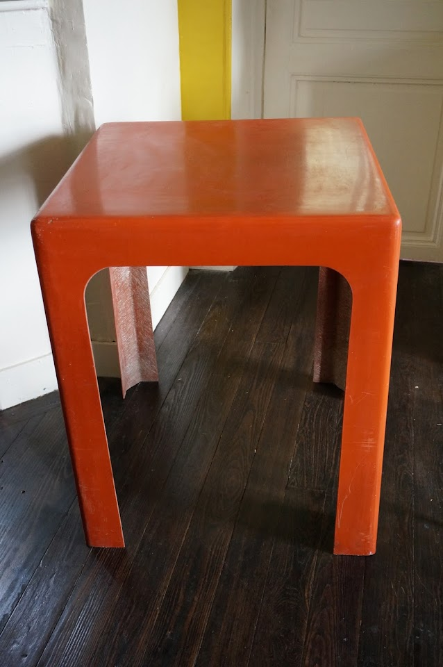 un bureau orange en fibre de verre Kotska années 70  70s orange fiberglass desk