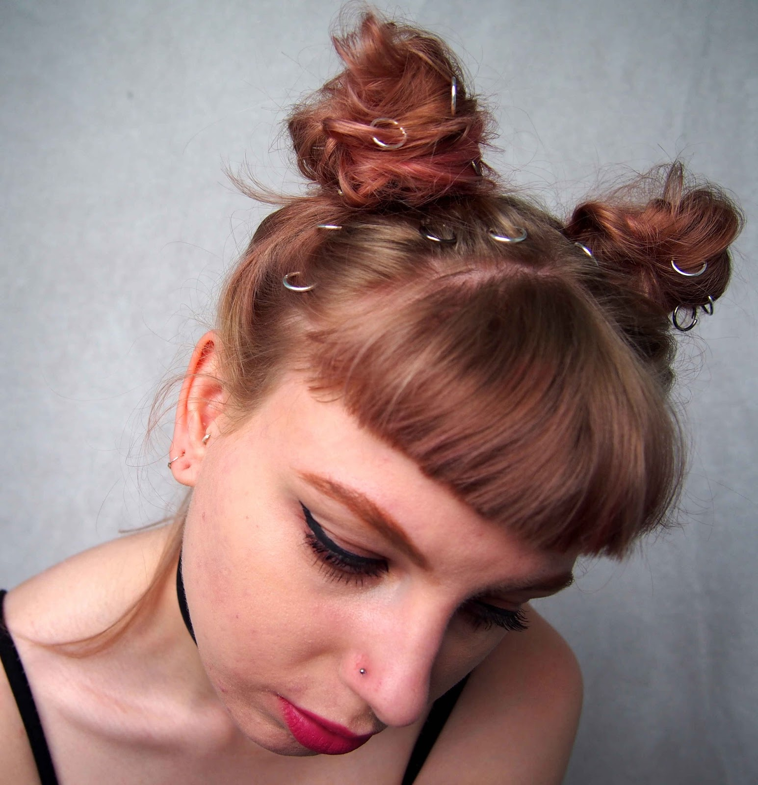 grunge hairstyle, grunge hair, space buns, grunge buns, hair rings, how to wear hair rings, grunge hair rings, pink hair, rose gold hair, dusty pink hair 1
