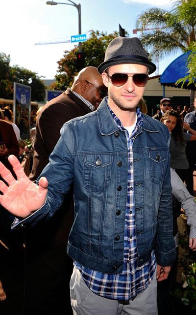 Justin Timberlake com Camisa Xadrez e Jaqueta Jeans, pelo que dá pra ver,  completou com uma Cala Chino clara. Visual legal pra trampar, pra dar um  rolê ou ... add4427c2a