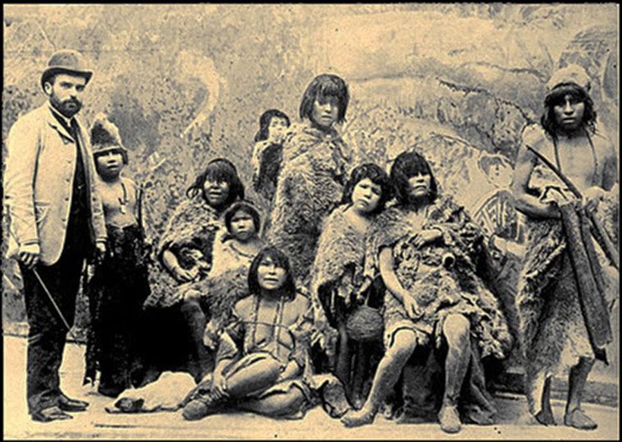 Selknam%2Bnatives%2Ben%2Broute%2Bto%2BEurope%2Bfor%2Bbeing%2Bexhibited%2Bas%2Banimals%2Bin%2BHuman%2BZoos%252C%2B1899%2B%2B%25283%2529 - Fotografias raras de Índios que foram levados a Europa como Zoo Humano