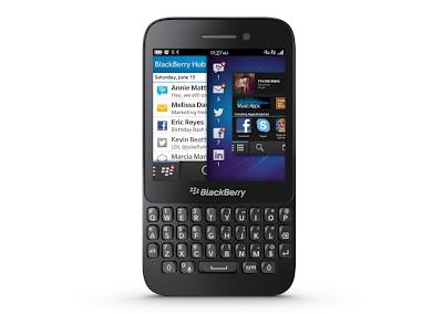 El BlackBerry Q5, incluso antes de su lanzamiento se ha definido como un dispositivo con un precio medio. Además de los parámetros y los materiales de los que está hecho. Y aunque no sabemos exactamente cuánto vamos a pagar por el representante de una nueva generación serie Curve, BlackBerry ayer dio algunos detalles sobre este tema. Según la compañía, el dispositivo debe estar disponible de forma gratuita si usted firma un contrato con el operador en la vecindad de 20 libras al mes para el mercado del Reino Unido. Por lo tanto, el smartphone BlackBerry tendrá que competir con productos