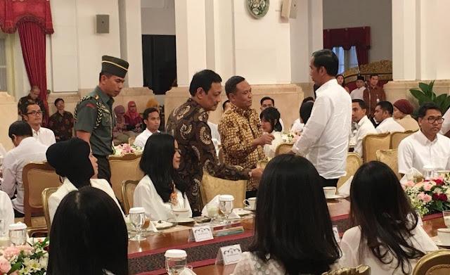 Netizen: Tandai! Ini Daftar Buzzer Yang Diundang Jokowi Buka Puasa Ke Istana, Sebagian Besar Justru Tak Puasa!