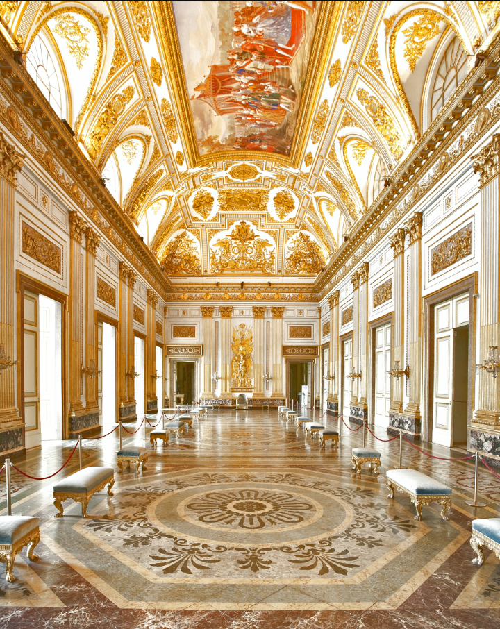 Fortemente voluta da re sole, la reggia fu un pretesto per il monarca per controllare l'aristocrazia. Sala Del Trono