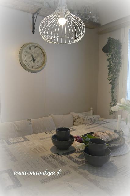 keittio sisustus ruokapoyta tulppaanit