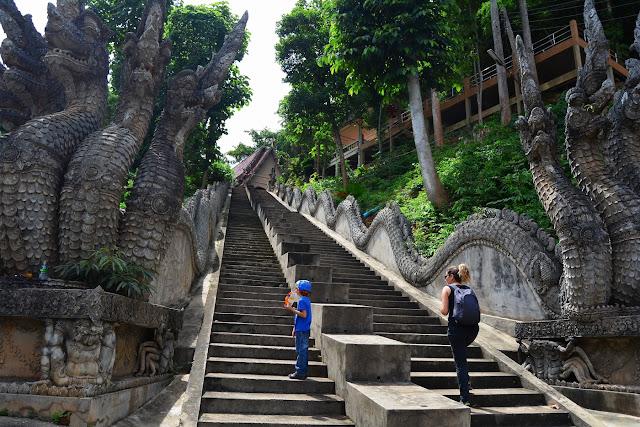 montée au Wat Prathat Pukhao