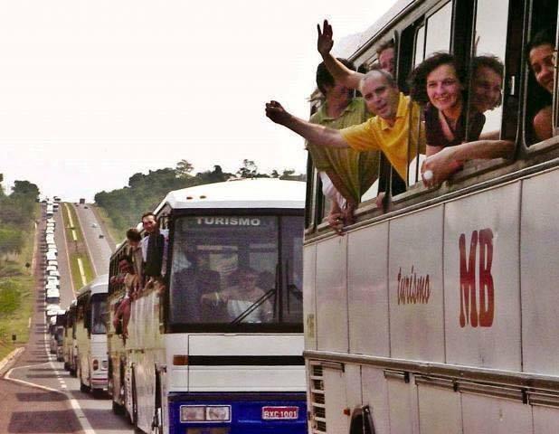 Uma multidão toma as ruas de Curitiba. Movimentos, sociais, caravanas de apoiadores e populares chegaram de todas as partes do país ao longo do dia. Apesar das provocações da Polícia Militar e dos outdoors espalhados pela cidade, manifestações pacíficas tomaram a cidade, em clima de luta e festa.
