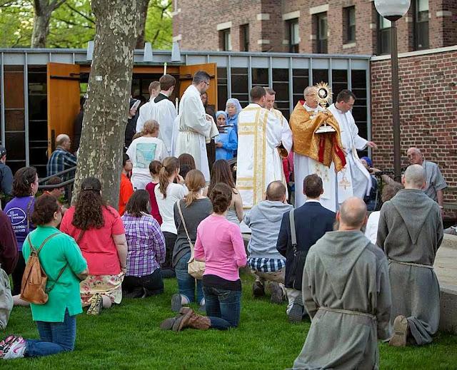 """Procissão na Universidade de Harvard, EUA, pedindo o cancelamento de """"Missa Satânica"""" no local de estudos. O ato luciferino foi suspenso."""