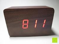 Uhrzeit ohne Doppelstrich: kwmobile Wecker Digital Uhr aus Holz mit Geräuschaktivierung, Temperaturanzeige und Tastaktivierung