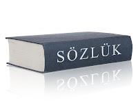 Yan tarafında sözlük yazan kalın ve mavi renkli bir sözlük kitabı