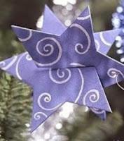 http://manualidadesparaninos.biz/estrellas-para-adornar-el-arbol-de-navidad/