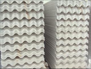 Ưu điểm của tấm lợp Fibro: - Có khả năng cách nhiệt tốt vì có mặt bạc phản xạ nhiệt, lớp túi khí giữ lại phần nhiệt (khoảng 3%) lọt qua  - Cách âm rất tốt vì có lớp túi khí ở giữa sẽ chống tiếng ồn khi mưa rơi trên mái Tôn, Tạo độ sáng, dễ vệ sinh  - Tấm lợp Fibro xi măng có khả năng chịu được áp lực cao, không dẫn điện, không bị cháy, không bị rỉ, không mục nát khi bị ảnh hưởng của khói công nghiệp và sự tác động của môi trường kiềm, phèn mặn, thoát nước nhanh, dễ cưa cắt  Phạm vi sử dụng tấm lợp xi măng: - Tấm lợp Fibro xi măng còn có nơi gọi là tôn xi măng, thường được sử dụng để lợp cho mái nhà dân dụng và công nghiệp. Dùng làm tường bao che, vách ngăn cho nhà xưởng, nhà kho và trang trại...