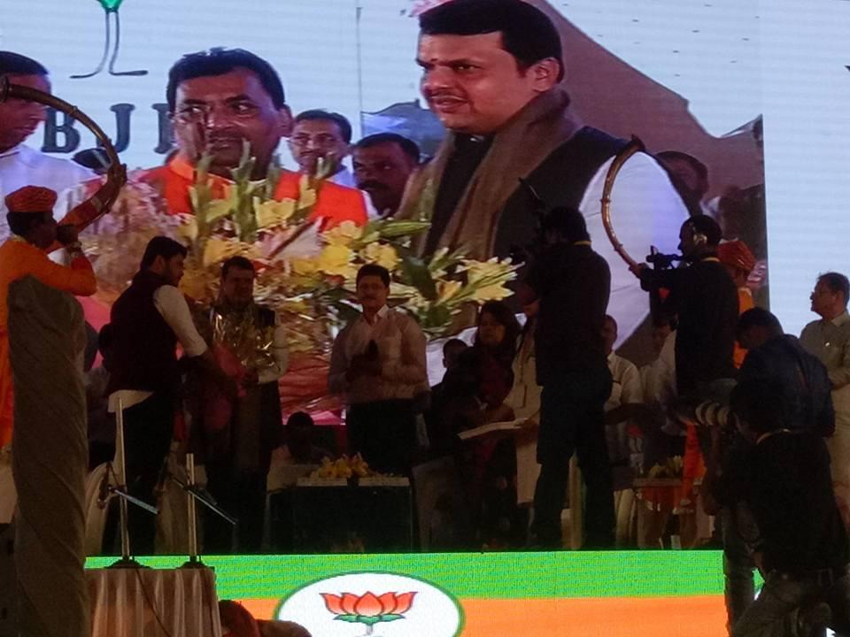 मुख्यमंत्री देवेंद्र फड़नवीस के हाथो खेसारी लाल यादव हुए सम्मानित
