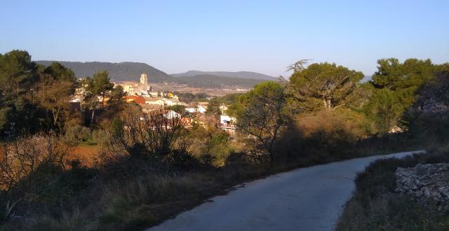 La Llacuna des del camí a Vilademàger