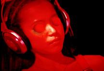 Frau mit halben Tischtennisbällen auf den Augen und Kopfhörern auf den Ohren