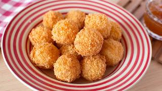 Plato con deliciosas bolitas de queso gouda, empanizadas con hojuelas de maiz