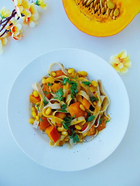 Tagliatelle z soją i dynią w sosie curry