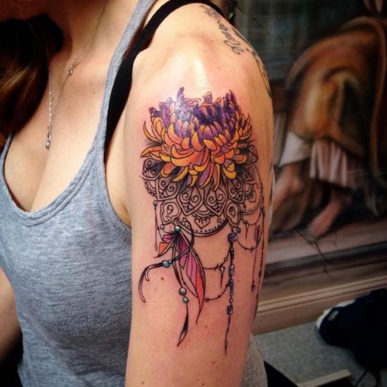 tatuagens femininas de flores para os ombros
