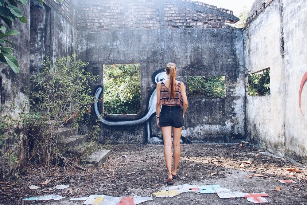 Kep: Ruinen + Mehr Kühe als Einwohner