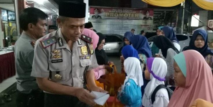 Kapolsek Ciputat Kompol Tatang Syarif saat memberikan santunan anak yatim piatu.
