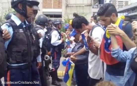 Cristianos venezolanos orando frente a policías