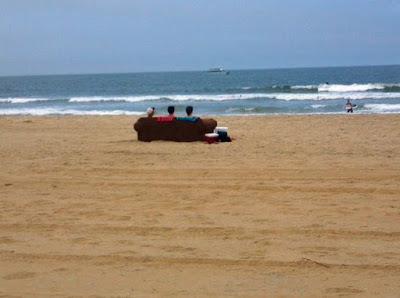 Lustiges Bild Frühling - drei Freunde auf Sofa am Strand