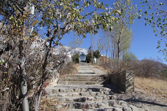 Kirghizistan, Arslanbob, Tirbaza, escaliers, © L. Gigout, 2012