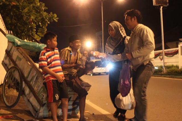 Beraksi Di Jumat Malam, Komunitas Ini Beri Sedekah Untuk Warga Miskin