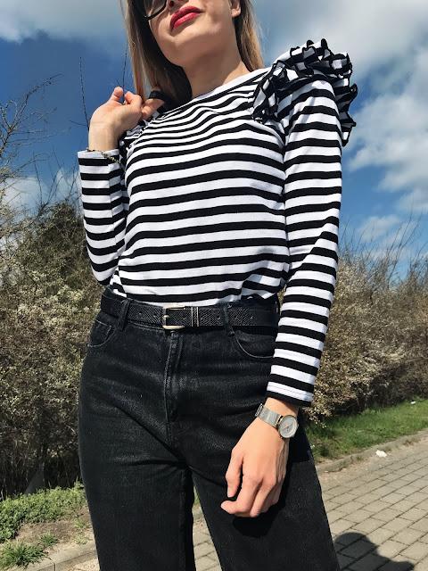Francuska bluzka w paski marynarskie francuski styl szyk paryżanek paryski baleriny balerinki czarno białe pasy black White czerwone usta czerwony akcent Moschino Love prada Vagabond zara me like you Płock butik elegancko z klasą stylizacja wiosna wiosenna