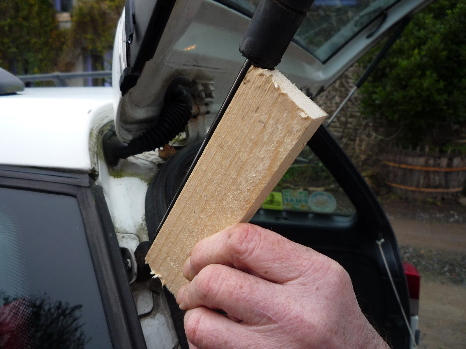 Using pallet wood to repair a tailgate gas strut
