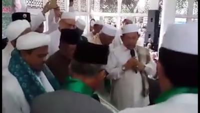 [Video] Kiyai Sepuh NU Baiat Habib Rizieq Syihab sebagai Imam Besar Umat Islam Indonesia