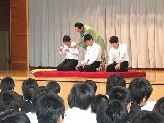 生徒が楽しく参加。落語体験コーナーの風景。